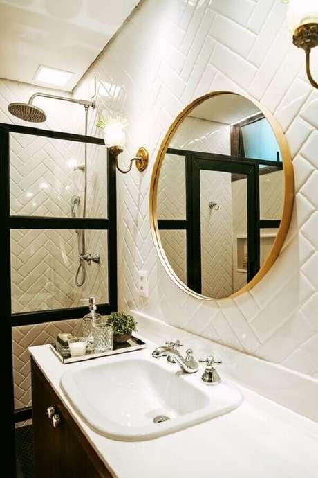 20. Espelho redondo para banheiro com moldura delicada de madeira – Foto: Casa de Valentina