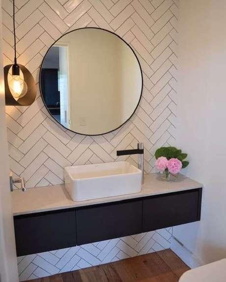 21. Decoração com espelho redondo para banheiro planejado com gabinete suspenso preto – Foto: Nosso Lar 68