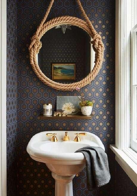 25. O espelho redondo para banheiro com alça de corta se destaca na decoração – Foto: Pinterest
