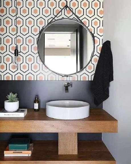 26. Decoração moderna com revestimento colorido e espelho para banheiro redondo com couro – Foto: Natalia Piramo