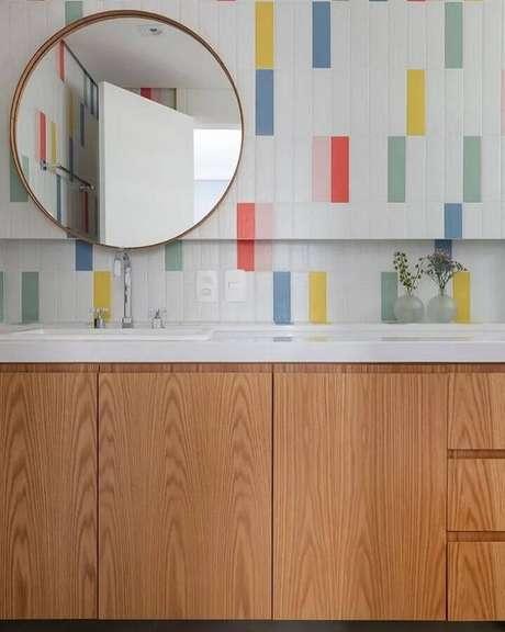 30. Espelho redondo para banheiro decorado com revestimento colorido – Foto: Duda Senna