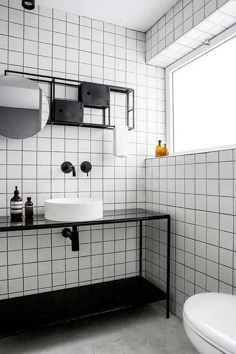 31. Espelho redondo para banheiro preto e branco com estilo industrial – Foto: Futurist Architecture