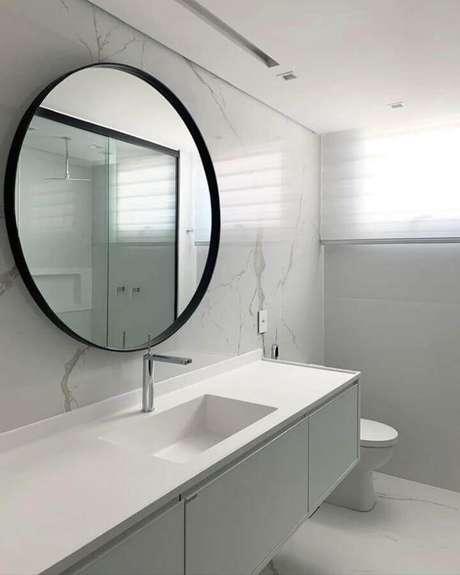 32. Banheiro branco minimalista decorado com espelho redondo para banheiro com moldura preta – Foto: Andressa Borsato Interiores