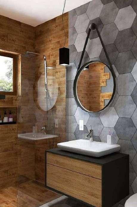 34. Aqui o banheiro decorado mistura o rústico com o moderno e acrescenta charme com o espelho para banheiro redondo com alça – Foto: Apartment Therapy