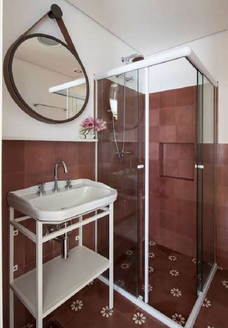 40. Espelho redondo para banheiro simples – Foto: Pinterest