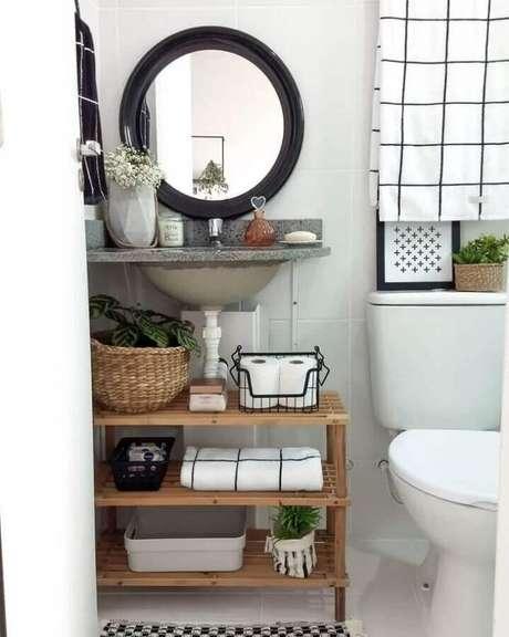 42. Decoração simples com espelho redondo para banheiro com moldura preta – Foto: Apartament Therapy