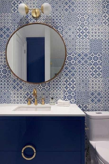45. Espelho redondo para banheiro azul e branco com azulejo português – Foto: Jeito de Casa