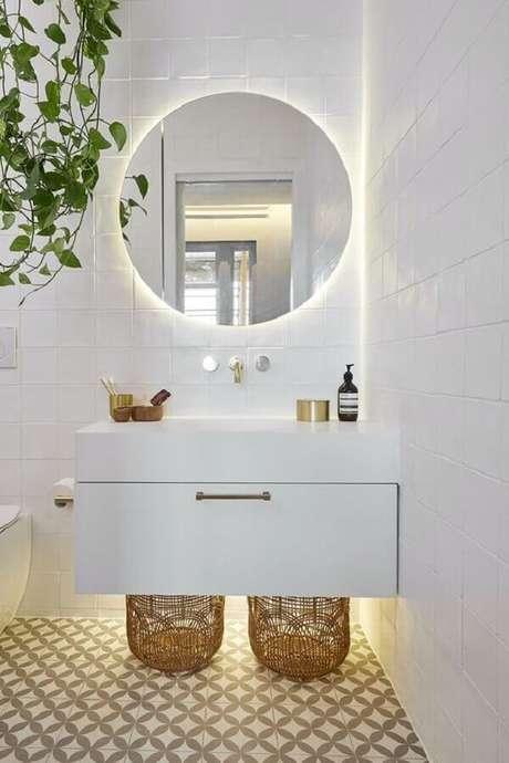 46. Banheiro branco minimalista decorado com espelho para banheiro redondo com iluminação embutida – Foto: Futurist Architecture