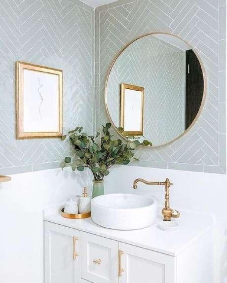 50. Espelho redondo para banheiro clássico com revestimento cinza claro – Foto: Casa Très Chic