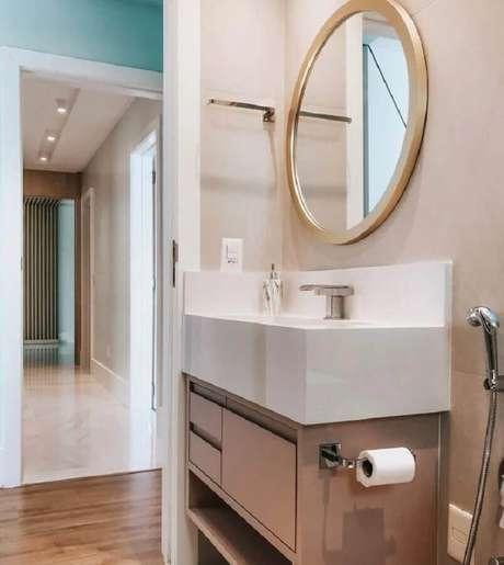 53. Modelo de espelho redondo para banheiro com moldura – Foto: Camila Paganelli Arquitetura