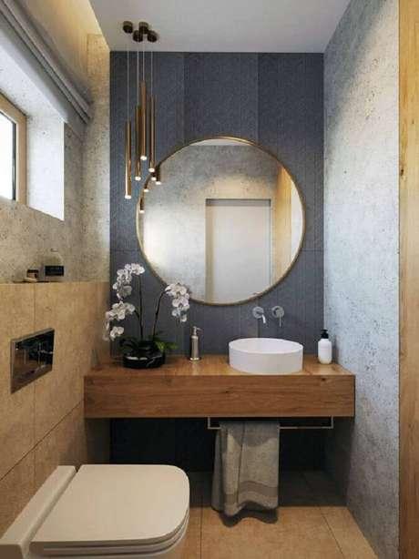 4. Banheiro pequeno moderno decorado com espelho redondo para banheiro com moldura dourada bem fina – Foto: Fratelli House
