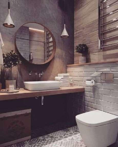 54. Banheiro rústico decorado com bancada de madeira e espelho para banheiro redondo – Foto: Pinterest