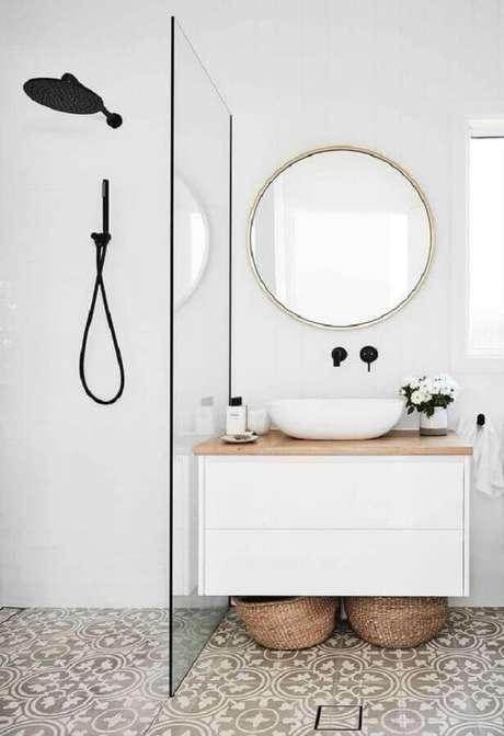 59. Banheiro branco minimalista decorado com espelho para banheiro redondo – Foto: Home Fashion Trend