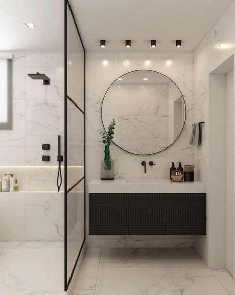 61. Espelho redondo para banheiro moderno preto e branco com gabinete suspenso – Foto: Carolina Druck