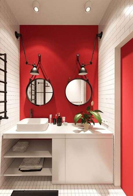 65. Decoração com espelho redondo para banheiro vermelho e branco – Foto: Pinterest