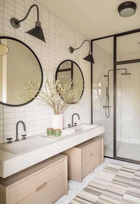67. Para banheiros amplos é válido investir e dois ou mais espelhos para banheiro redondo – Foto: Futurist Architecture