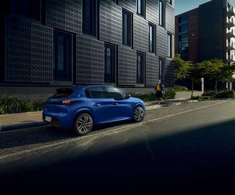 Rodas de liga em todas as versões e carroceria mais larga: Peugeot 208 quer fica no topo.