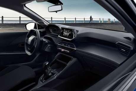 Volante de direção do Peugeot 208 é pequeno e baixo, por isso o quadro de instrumentos é visto por cima.