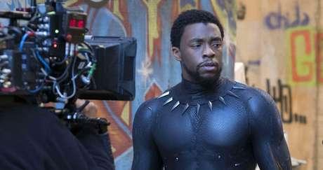 Chadwick Boseman filmando Pantera Negra: a fama mundial não garantiu imediata equiparação salarial com astros brancos