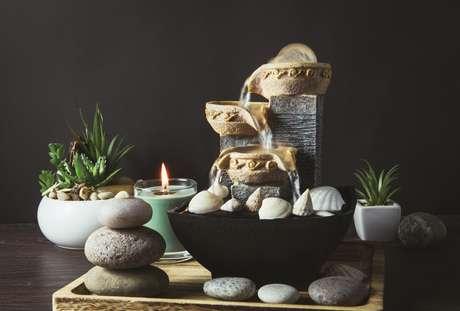 """Se alguém me pedisse uma dica simples de Feng Shui para atrair coisas boas para sua casa, responderia com certeza: muitas flores e plantas naturais, pois são seres vivos """"geradores de energia""""."""