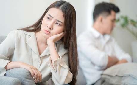 Mulher desconfiada do marido