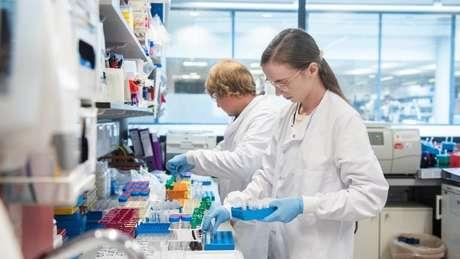 Segundo a empresa, autoridade sanitária do Reino Unido atestou ser seguro continuar a pesquisa