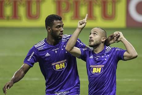 Cruzeiro sua muito e vence o Vitória na estreia de Ney Franco