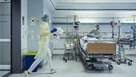 Dilemas éticos e filosóficos de médicos e políticos estão hoje sob o escrutínio da população
