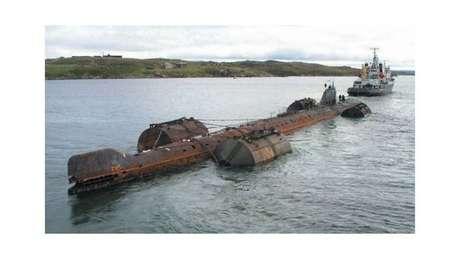 A operação de reboque do K-159 foi afetada pelo mau tempo e o submarino acabou afundado