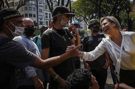 A candidata à Prefeitura, Joice Hasselmann abraça moradores de rua durante caminhada em São Paulo