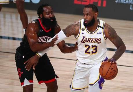 LeBron James tenta passar por James Harden
