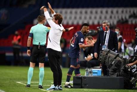 Neymar foi falar com o quarto árbitro ao ser expulso (Foto: FRANCK FIFE / AFP)