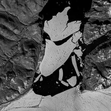 Gelo está derretendo por cima e por baixo pela água líquida resultante de outros derretimentos