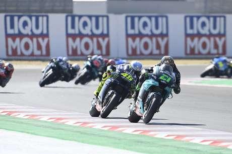 Valentino Rossi tentou tomar a liderança de Franco Morbidelli no início da corrida