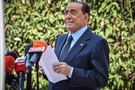 Silvio Berlusconi fala à imprensa após receber alta