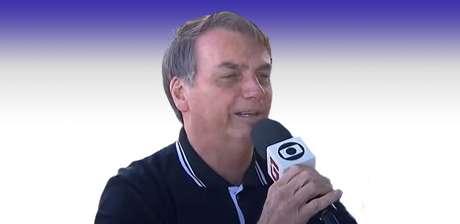 """""""Alô, Globo"""": a imagem de Bolsonaro sorridente segurando o microfone da 'inimiga' dificilmente vai se repetir"""