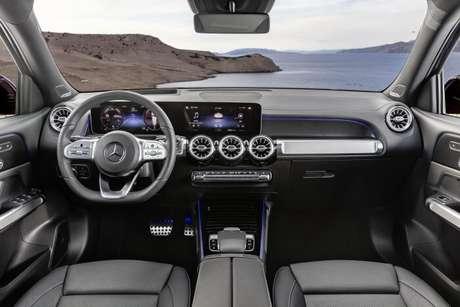 """Interior do novo Mercedes-Benz GLB de sete lugares: duas telas de 10"""" e multimídia MBUX."""