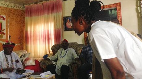 Oge Maduagwu viaja pelo sudeste da Nigéria para encontrar líderes tradicionais para mudar suas opiniões