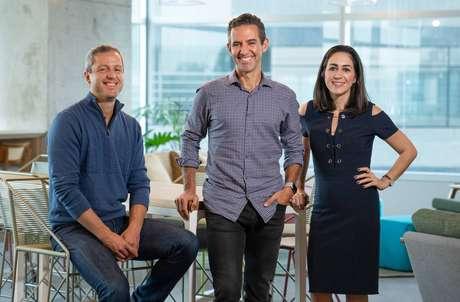 Fernando Miranda (esq.) com os fundadores do Nubank, David Velez e Cristina Junqueira