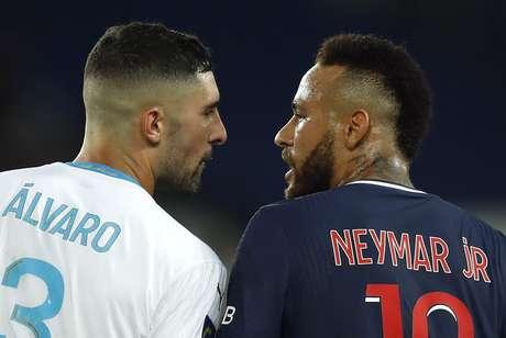 Alvaro Gonzalez e Neymar batem boca durante jogo do Campeonato Francês