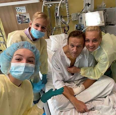 Líder opositor russo Alexei Navalny posa para foto com sua família em hospital em Berlim 15/09/2020 Cortesia do Instagram @NAVALNY/Rede Social via REUTERS