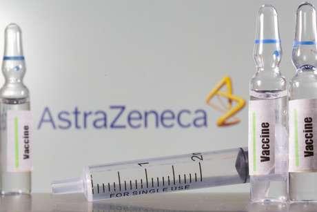 Tubo de ensaio rotulado como de vacina para covid-19 à frente de logo da AstraZeneca em foto de ilustração 09/09/2020 REUTERS/Dado Ruvic