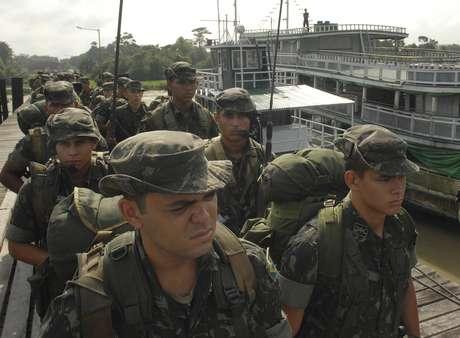 Soldados do Exército são enviados para cidades do Amazonas para fazerem segurança da eleição de 2010 29/10/10 REUTERS/Paulo Santos