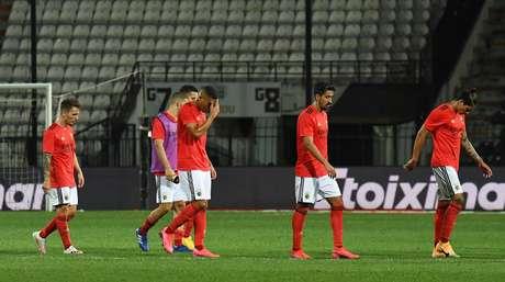 Jogadores do Benfica deixam campo após derrota para PAOK nas eliminatórias da Liga dos Campeões 15/09/2020 REUTERS/Alexandros Avramidis