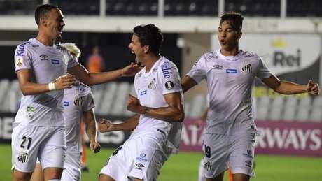 Santos busca não perdeu em dez jogos disputados contra paraguaios na Libertadores (Foto:NELSON ALMEIDA / AFP)