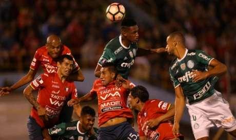 Confusão na área: quem sobe? (Foto: Divulgação/Palmeiras)