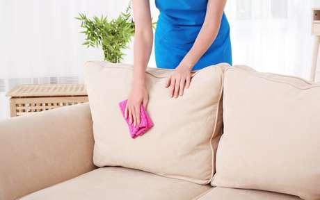 Saiba como tirar manchas do sofá