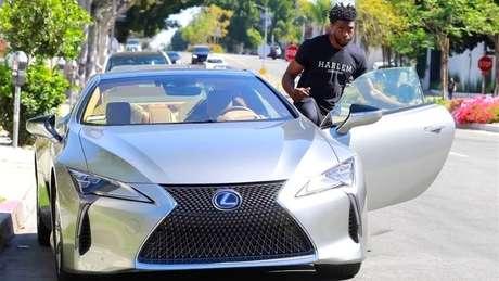 Chadwick Boseman com um de seus Lexus: única paixão cara revelada pelo ator era por carros luxuosos