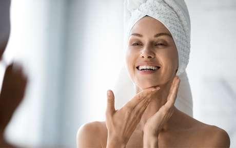 Mulher fazendo massagem na pele