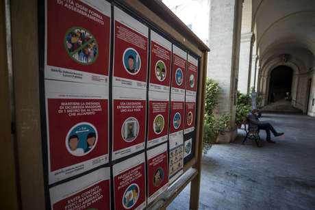 Painel com medidas de combate a coronavírus em escola de Roma